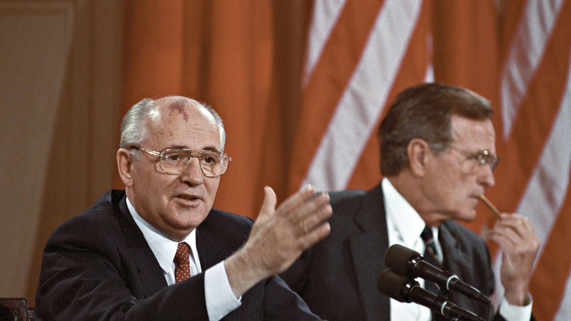 Ο Μιχαήλ Γκορμπατσόφ με τον Τζορτζ Μπους κατά τη συνάντησή τους στις ΗΠΑ το 1990 - Sputnik Ελλάδα, 1920, 31.07.2021