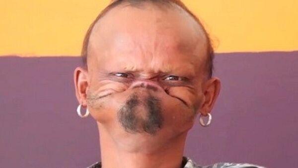 Ο άνθρωπος από το Νεπάλ που μπορεί να γλύψει το μέτωπό του. - Sputnik Ελλάδα