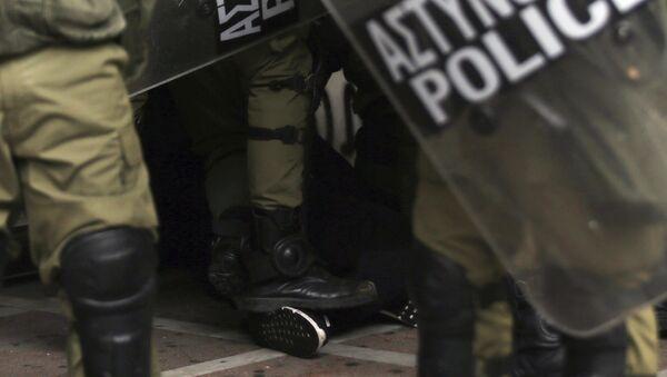 Δυνάμεις των ματ ακινητοποιούν διαδηλωτή στο συλλαλητήριο για τον Αλ. Γρηγορόπουλο στην Αθήνα, στις 6 Δεκεμβρίου 2018 - Sputnik Ελλάδα