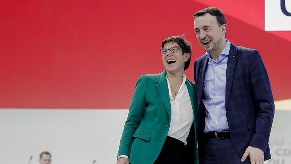 Ο γενικός γραμματέας του CDU, Πάουλ Τσίμιακ, με την πρόεδρο του κόμματος Άνεγκρετ Κραμπ – Καρενμπάουερ - Sputnik Ελλάδα