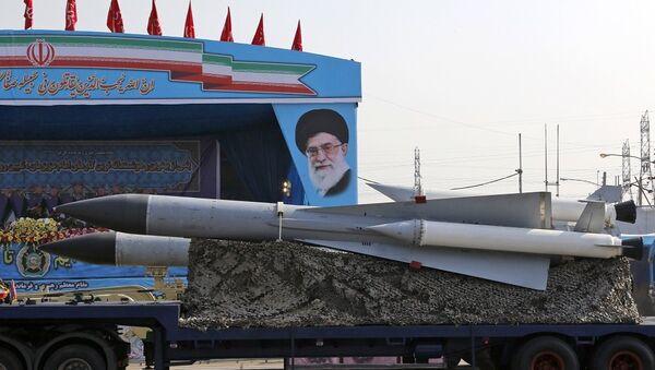 Φορτηγό του στρατού του Ιράν μεταφέρει πυραύλους εδάφους – αέρος μπροστά από πορτραίτο του Αγιατολάχ Αλί Χαμενεΐ - Sputnik Ελλάδα