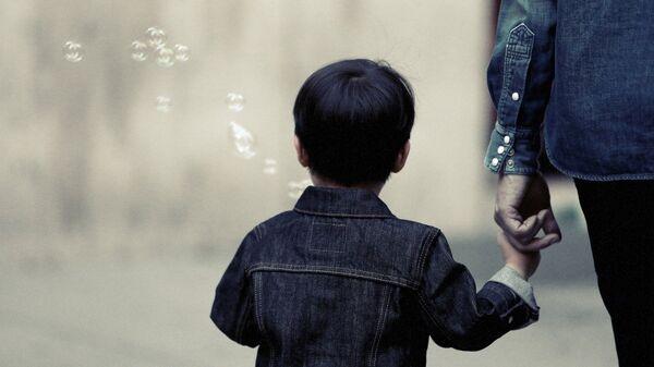 Αγόρι κρατά τον πατέρα του από το χέρι - Sputnik Ελλάδα