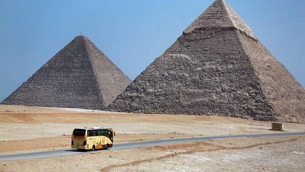Λεωφορείο στις Πυραμίδες της Γκίζας. - Sputnik Ελλάδα