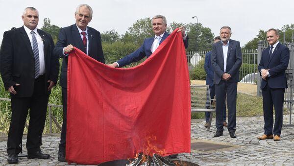 Ο πρόεδρος της Τσεχίας, Μίλος Ζέμαν, έκαψε ένα κόκκινο εσώρουχο στο Κάστρο της Πράγας - Sputnik Ελλάδα