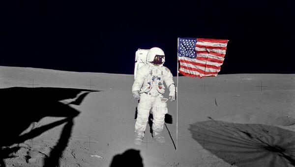 Ο αστροναύτης Μίτσελ στην αποστολή Apollo 14 στη Σελήνη στέκεται δίπλα στην αμερικανική σημαία - Sputnik Ελλάδα