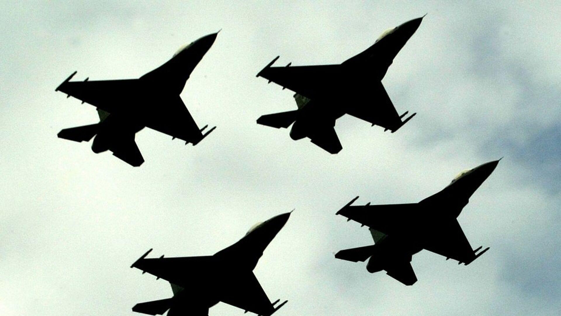 Μαχητικά F-16 της πολεμικής αεροπορίας του Πακιστάν πετούν σε σχηματισμό - Sputnik Ελλάδα, 1920, 08.10.2021