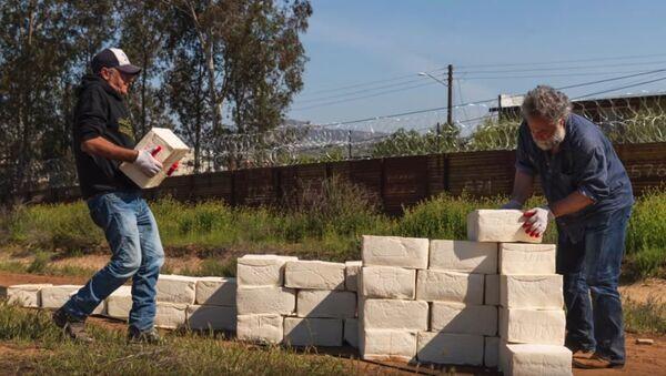 Το τείχος από... τυρί στα σύνορα ΗΠΑ-Μεξικού - Sputnik Ελλάδα