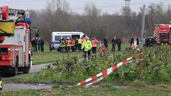 Αστυνομικοί και πυροσβέστες στο σημείο συντριβής μικρού αεροσκάφους στη Γερμανία, στις 23 Ιανουαρίου 2018 - Sputnik Ελλάδα