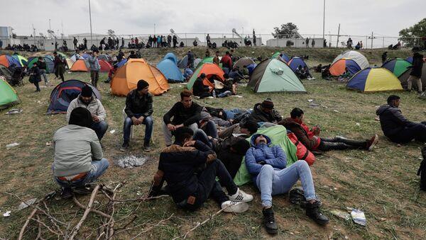 Πρόσφυγες έξω από κέντρο φιλοξενίας στα Διαβατά Θεσσαλονίκης - Sputnik Ελλάδα