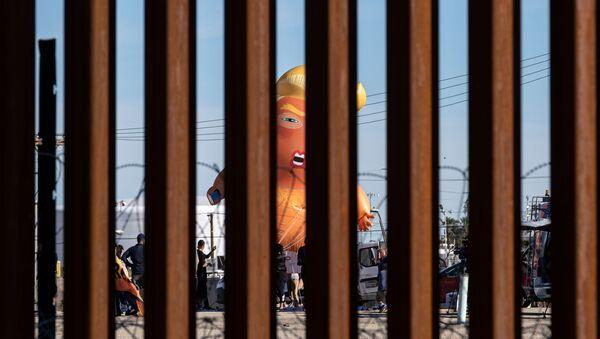 Σατιρικό μπαλόνι με τον Ντόναλντ Τραμπ μωρό στα συνορα των ΗΠΑ με το Μεξικό - Sputnik Ελλάδα