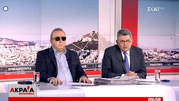 Η εμφάνιση του Δημήτρη Καμπουράκη με μαύρα γιαλιά δίπλα στον Τάκη Χατζή στην εκπομπή τους στον ΣΚΑΪ - Sputnik Ελλάδα