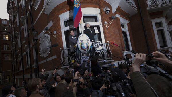 Ο Τζούλιαν Ασάνζ στην πρεσβεία του Εκουαδόρ στη Βρετανία. - Sputnik Ελλάδα