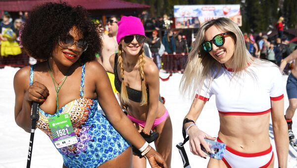Συμμετέχοντες στο φεστιβάλ «GrelkaFest» στο χωριό Σερεγκές στην περιοχή Κεμέροβο στη Ρωσία. Σερεγκές  είναι το μεγαλύτερο χιονοδρομικό κέντρο της Σιβηρίας. - Sputnik Ελλάδα