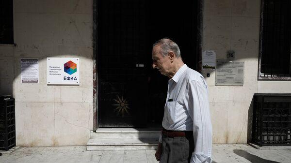 Συνταξιούχος έξω από τα γραφεία του ΕΦΚΑ στη Θεσσαλονίκη - Sputnik Ελλάδα