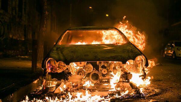 Αυτοκίνητο παραδίδεται στις φλόγες κατά τη διάρκεια επεισοδίων σε πορεία αντιεξουσιαστών - Sputnik Ελλάδα