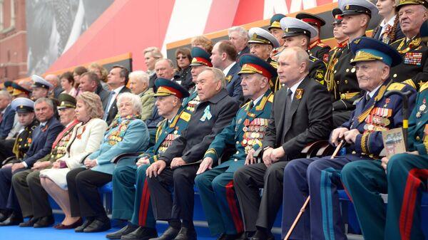 Ο πρόεδρος Βλάντιμιρ Πούτιν και ο πρωθυπουργός Ντμίτρι Μεντβέντεφ στη στρατιωτική παρέλαση για την 74η Επέτειο της Νίκης - Sputnik Ελλάδα