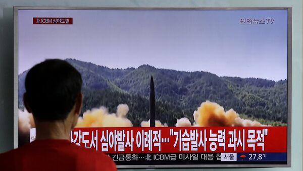 Άνδρας στη Νότια Κορέα παρακολουθεί εικόνες από την εκτόξευση πυραύλου από τη Βόρεια Κορέα - Sputnik Ελλάδα