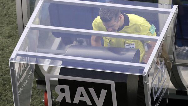 Διαιτητής συμβουλεύεται το VAR κατά τη διάρκεια αγώνα του Παγκοσμίου Κυπέλλου της Ρωσίας - Sputnik Ελλάδα