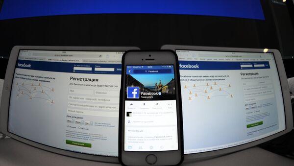 Το Facebook σε κινητό και υπολογιστή - Sputnik Ελλάδα