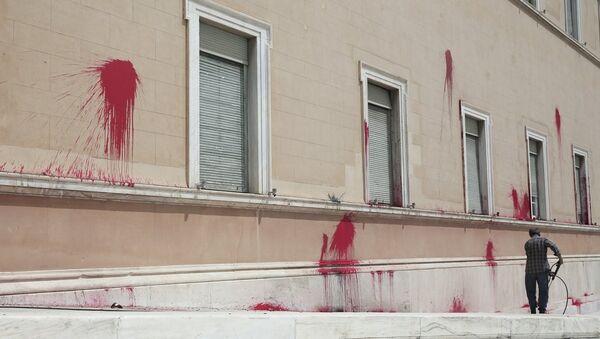 Επίθεση με μπογιές στη Βουλή - Sputnik Ελλάδα