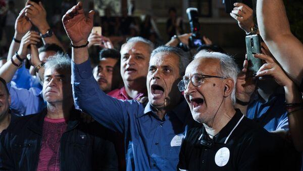 Υποστηρικτές του Κώστα Μπακογιάννη πανηγυρίζουν τη νίκη του στον β' γύρο - Sputnik Ελλάδα