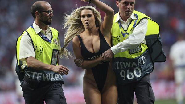Η Κίνσεϊ Βολάνσκι, που εισέβαλε στον αγωνιστικό χώρο κατά τη διάρκεια του τελικού του Champions League με ένα μαύρο αποκαλυπτικό μαγιό - Sputnik Ελλάδα