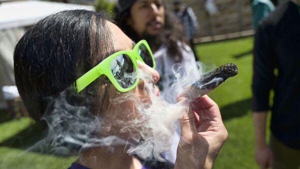 Χρήστης μαριχουάνας στο Λος Άντζελες των ΗΠΑ - Sputnik Ελλάδα