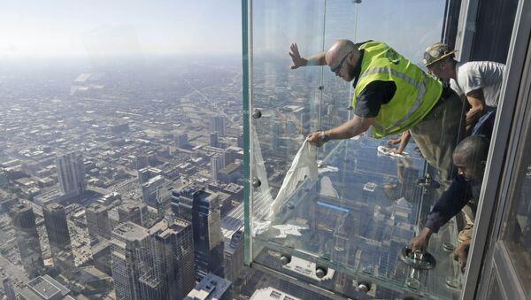 Τεχνικοί αντικαθιστούν το σπασμένο τζάμι στο μπαλκόνι του πύργου στο Σικάγο - Sputnik Ελλάδα