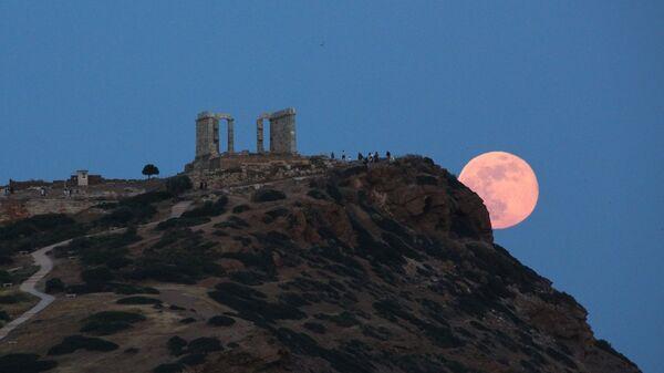 Πανσέληνος πάνω από τον αρχαίο ναό του Ποσειδώνα στο Σούνιο - Sputnik Ελλάδα