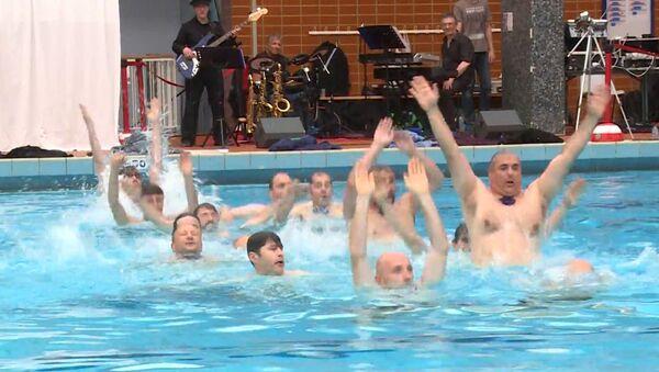 Μπαμπάδες κάνουν συγχρονισμένη κολύμβηση για τη Γιορτή του Πατέρα - Sputnik Ελλάδα