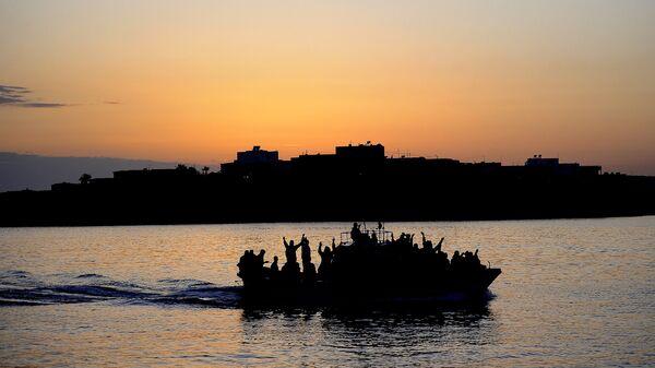 Μετανάστες πάνω σε βάρκα στην Τυνησία - Sputnik Ελλάδα
