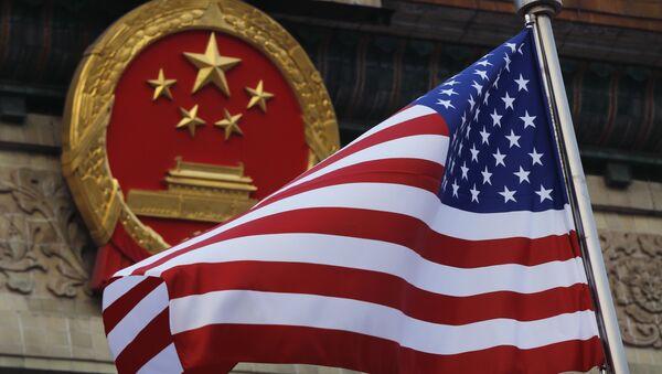 Η Αμερικανική σημαία κυματίζει δίπλα στο Εθνόσημο της Κίνας - Sputnik Ελλάδα