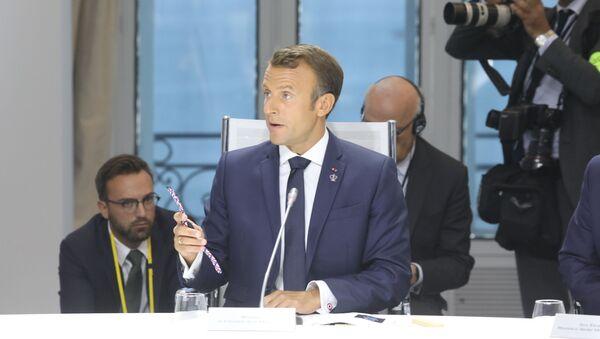 Ο Μακρόν δείχνει το πλαστικό ρολόι καρπού που έκανε δώρο στους ηγέτες των G7 - Sputnik Ελλάδα