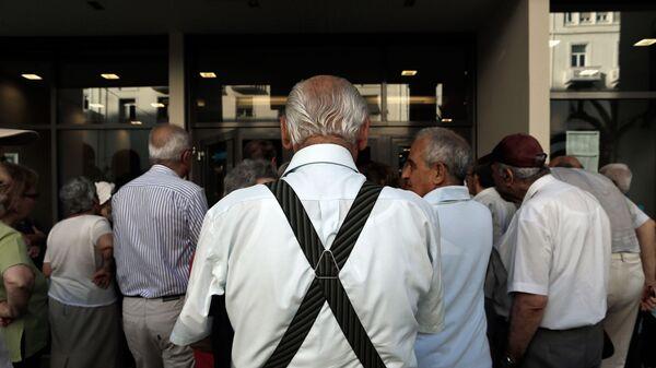 Συνταξιούχοι έξω από τράπεζα - Sputnik Ελλάδα