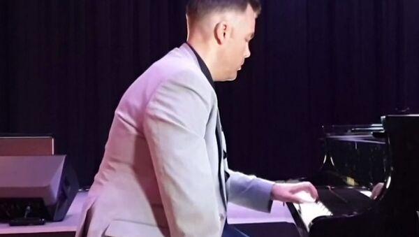 Μαγεύει το κοινό ο μοναδικός μονόχειρας επαγγελματίας πιανίστας στον κόσμο  - Sputnik Ελλάδα