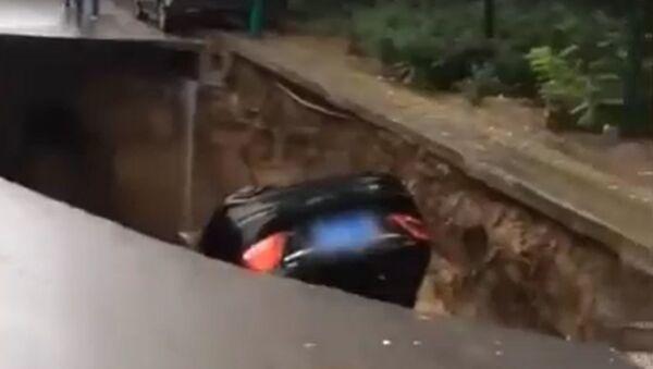 Αυτοκίνητο έπεσε σε τρύπα - Sputnik Ελλάδα