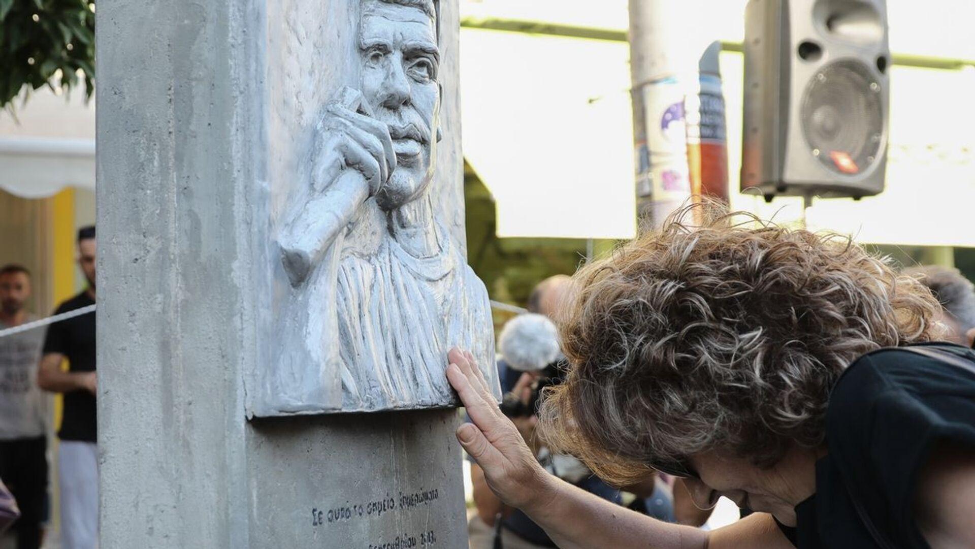 Η Μάγδα Φύσσα ακουμπά το μνημείο του δολοφονημένου Παύλου Φύσσα - Sputnik Ελλάδα, 1920, 12.10.2021