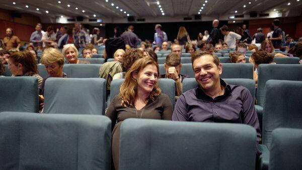 Ο πρόεδρος του ΣΥΡΙΖΑ Αλέξης Τσίπρας και η σύντροφός του Μπέττυ Μπαζιάνα στις νύχτες πρεμιέρας - Sputnik Ελλάδα