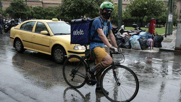 Οι ντελιβεράδες συνεχίζουν τη δουλειά παρά τη βροχή - Sputnik Ελλάδα