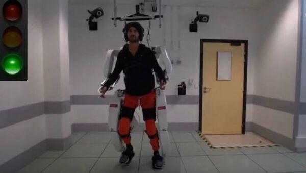 Ρομποτικός εξωσκελετός βοηθά ανάπηρο ασθενή να σταθεί στα πόδια του - Sputnik Ελλάδα