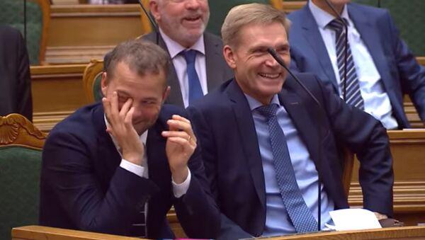 Βουλευτές στη Βουλή της Δανίας ξεκαρδίζονται στα γέλια - Sputnik Ελλάδα