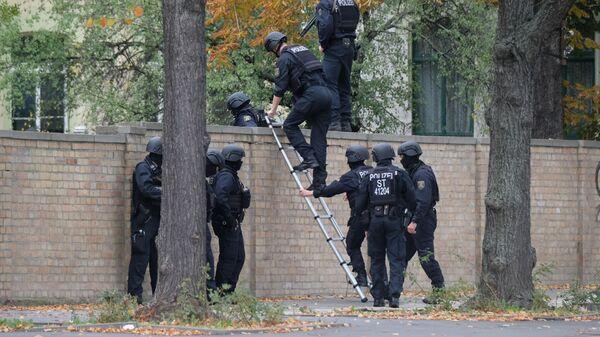 Αστυνομικοί έξω από τη συναγωγή όπου διαπράχθηκε η επίθεση στο Χάλε, στη Γερμανία - Sputnik Ελλάδα