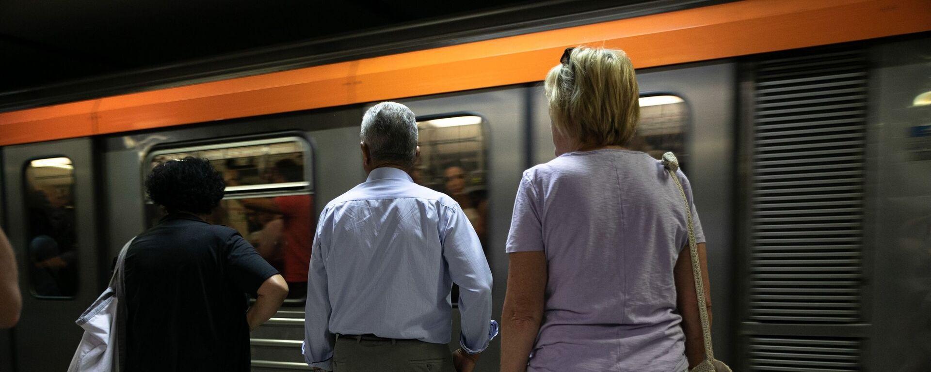 Κόσμος περιμένει το μετρό.  - Sputnik Ελλάδα, 1920, 16.09.2021
