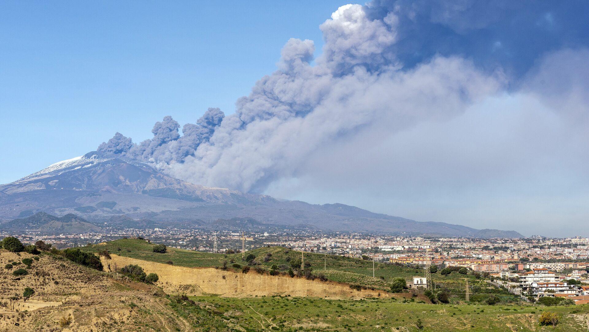 Καπνός βγαίνει από το ηφαίστειο της Αίτνας - Sputnik Ελλάδα, 1920, 21.02.2021