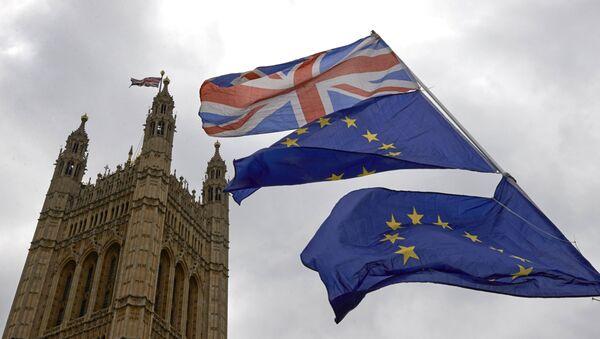 Σημαίες της Βρετανίας και της ΕΕ έξω από το βρετανικό κοινοβούλιο στο Λονδίνο - Sputnik Ελλάδα