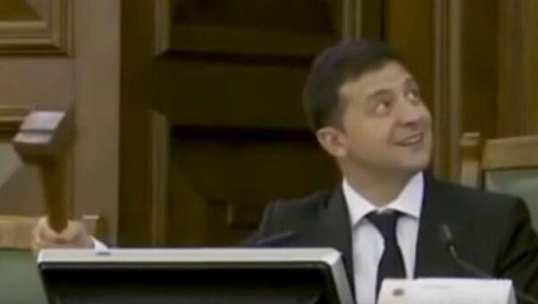 Ο Ουκρανός πρόεδρος Βλαντίμιρ Ζελένσκι κατά τη διάρκεια επίσκεψής του στη Βουλή της Λετονία - Sputnik Ελλάδα