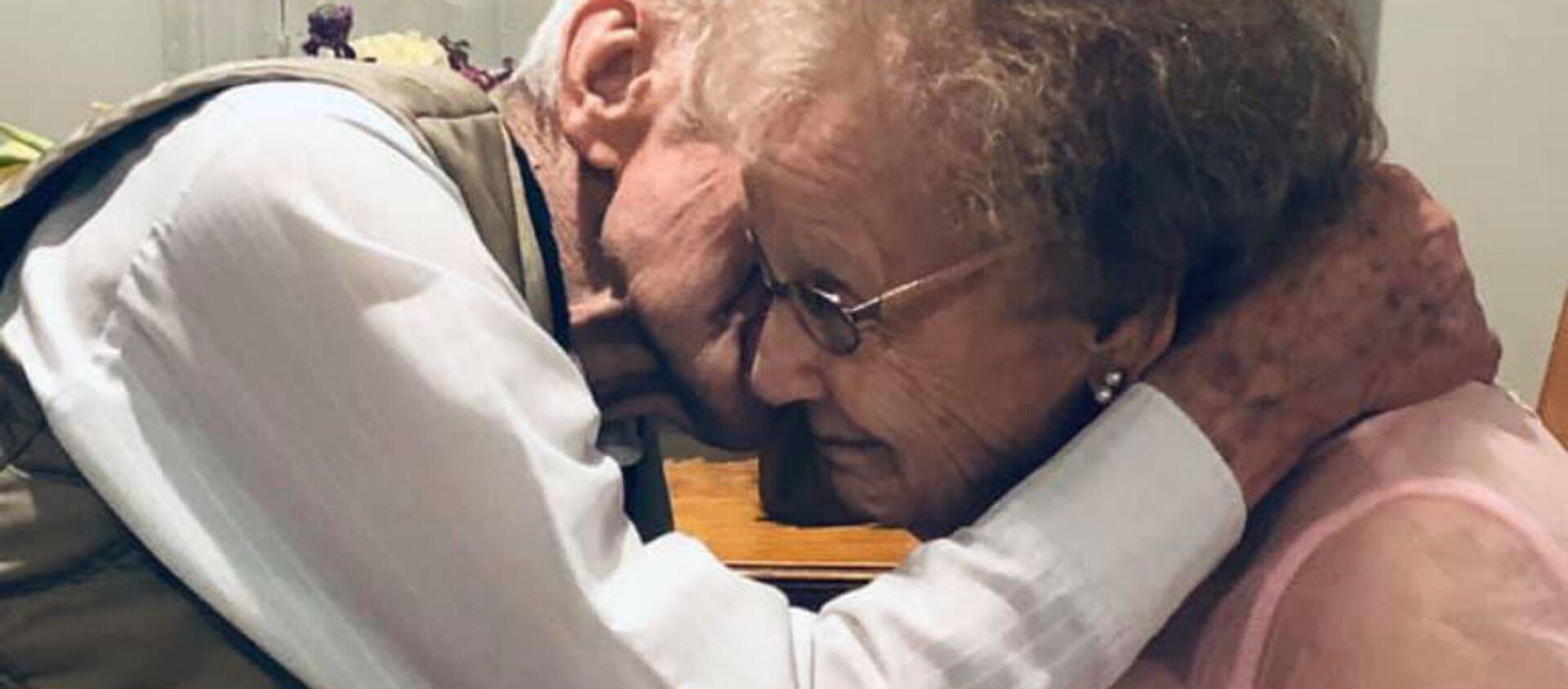 Γιαγιά με άνοια βλέπει τον 72 έτη σύζυγό της και λάμπει από ευτυχία - Sputnik Ελλάδα, 1920, 19.10.2019