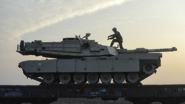 Στρατιώτης πάνω σε άρμα, σε αμερικανική βάση στη Ρουμανία - Sputnik Ελλάδα