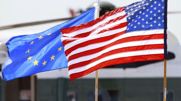 Σημαίες της ΕΕ και των ΗΠΑ.  - Sputnik Ελλάδα