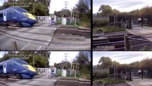 Μηχανόβιος γλιτώνει τελευταία στιγμή από το τρένο - Sputnik Ελλάδα